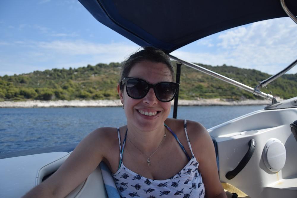 Descubra nesse post porque você precisa fazer um passeio de barco em Hvar quando for conhecer essa ilha da Croácia!