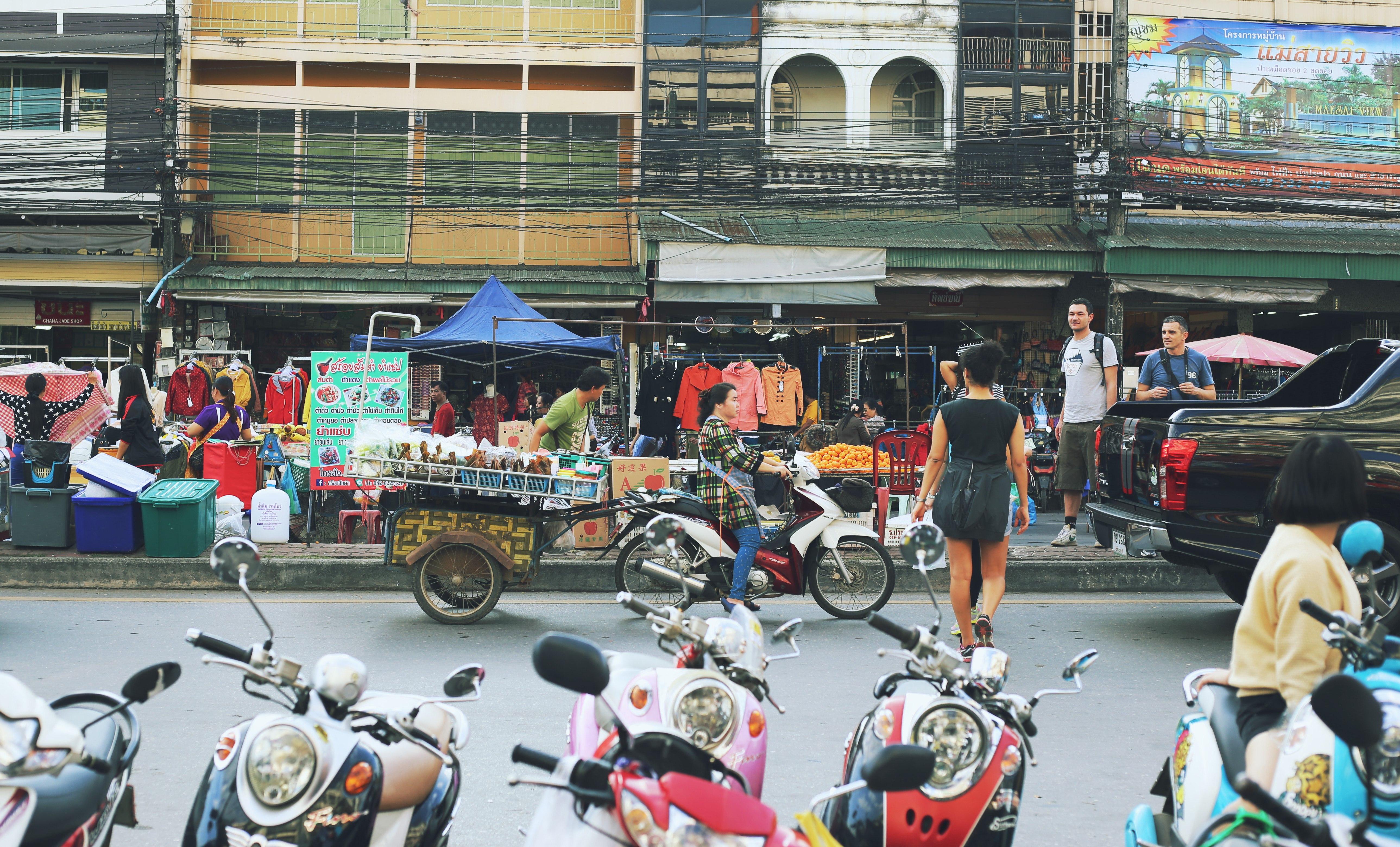 Uma das paradas é na fronteira terrestre com Myanmar, onde há um mercado cheio de bugigangas. (Foto: Nathalia Tavolieri / Viagem em Detalhes)