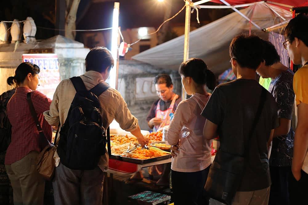Barraquinha no nightmarket de Luang Prabang, no Laos, ponto turístico da região! Descubra o que fazer na cidade nesse post!