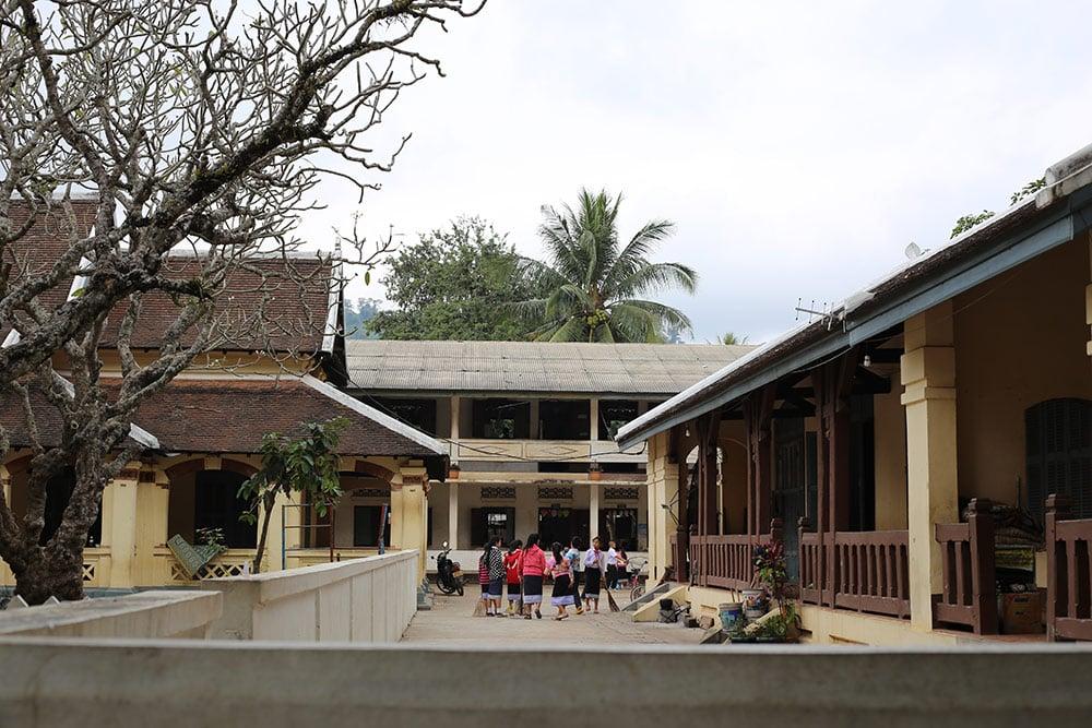 Escola no centro de Luang Prabang no Laos. Descubra tudo sobre a região nesse post!