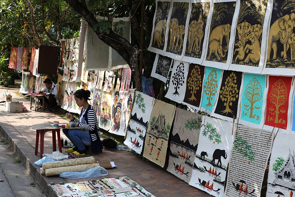 Feirinha de rua em Luang Prabang, no Laos! Conheça tudo sobre a região no post.