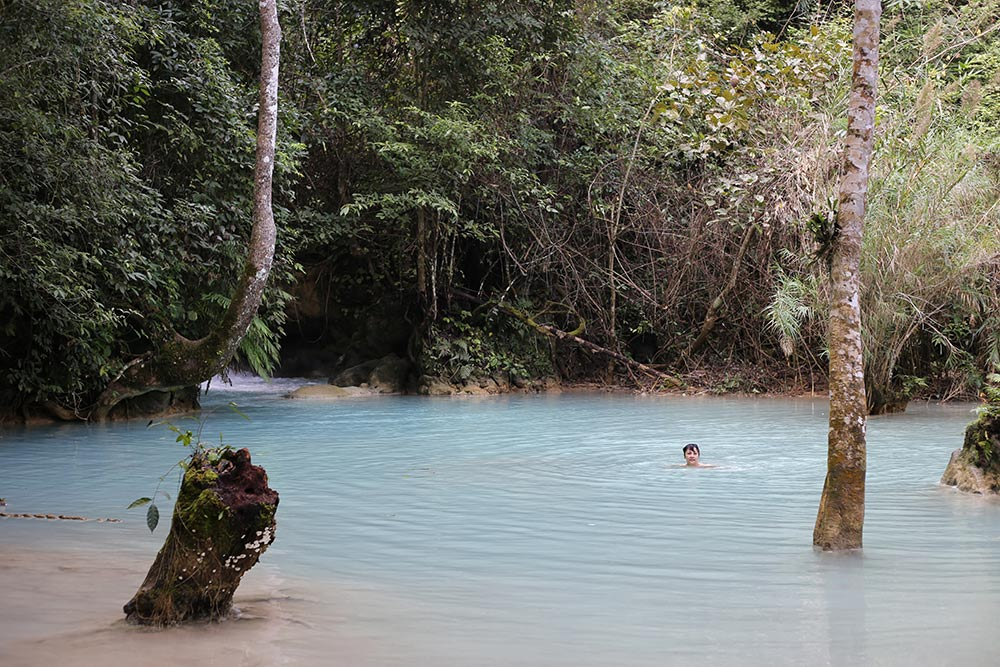 As cachoeiras de Kuang Si são parada obrigatória para quem visita Luang Prabang! Descubra como conhecer essa região do Laos nesse post!