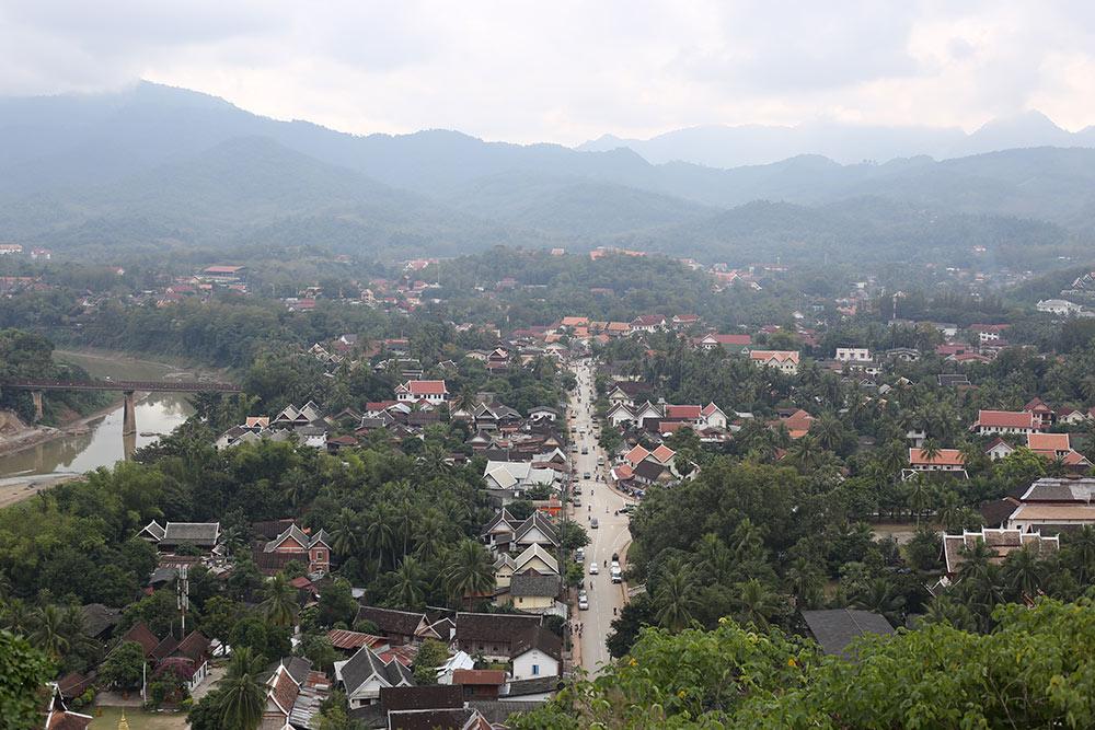 Vista do Monte Phousi, no Laos! Descubra como conhecer Luang Prabang nesse post!