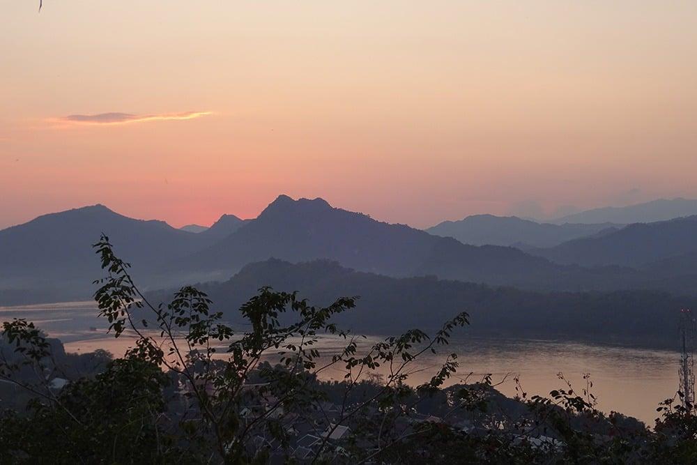Por do sol em Monte Phousi, no Luang Prabang. Descubra tudo sobre a região no post!