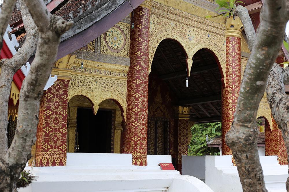 Os templos budistas no Laos são parte obrigatória no roteiro pelo país! Descubra como conhecer Luang Prabang nesse post!