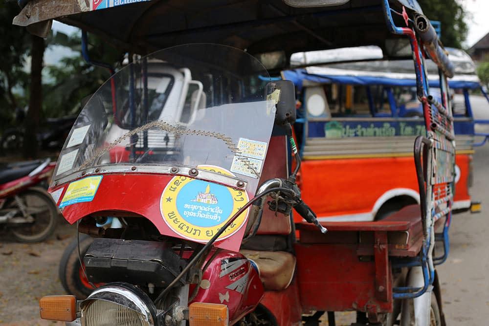 Tuk Tuk é uma ótima maneira de conhecer os arredores de Luang Prabang! Descubra tudo sobre a região nesse post!