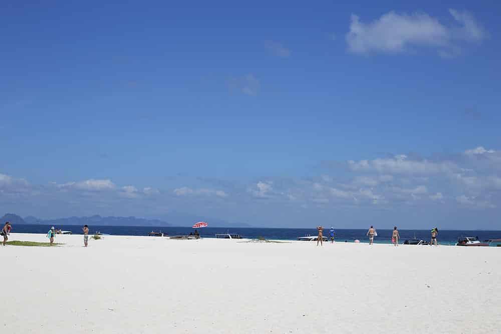 A Bamboo Island é uma das praias com areia mais branca e água mais azul de Koh Phi Phi! Conheça essa e outras praias maravilhosas nesse post!