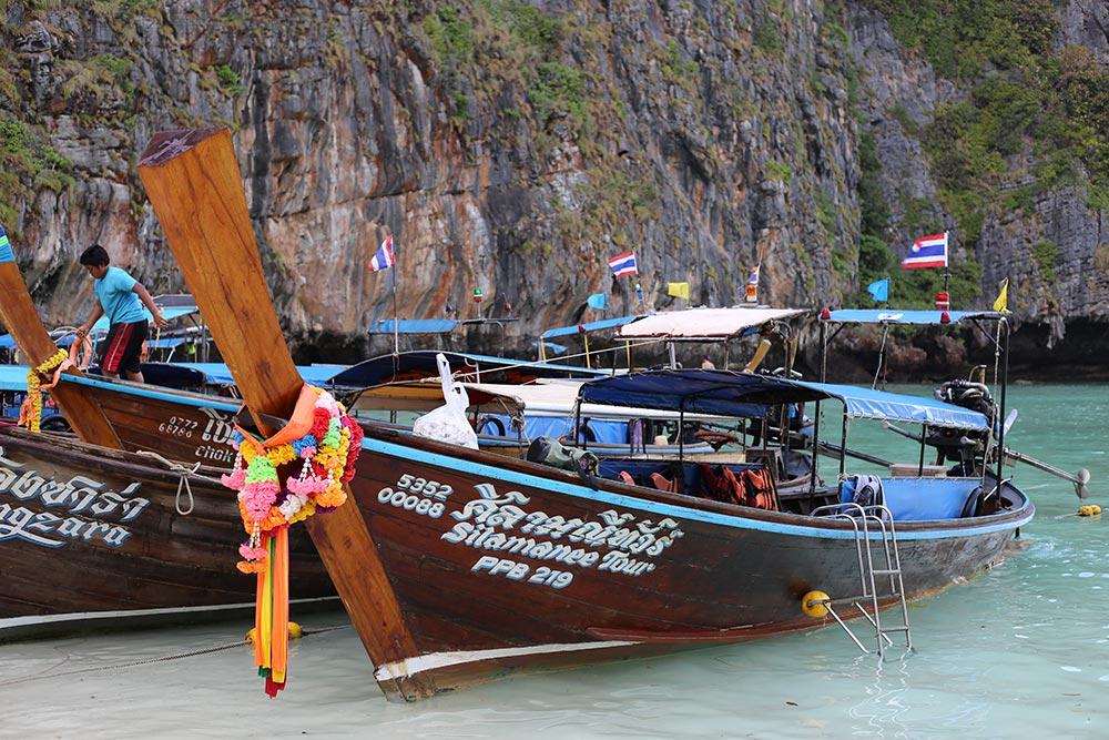 O Long Tail Boat é uma boa opção para quem quer economizar com passeios em Koh Phi Phi! Conheça mais sobre essa ilha da Tailândia no post!