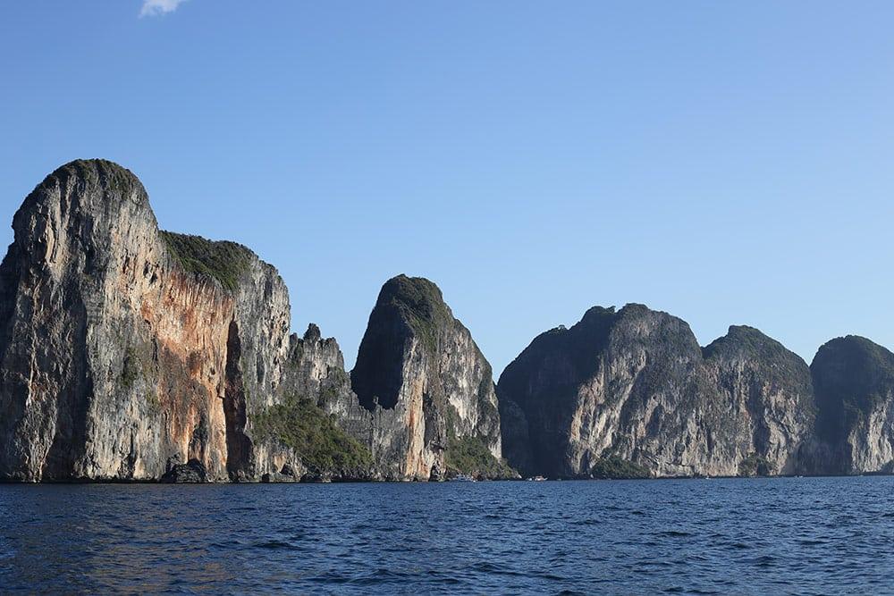Koh Phi PHi é uma parada obrigatória para quem visita a Tailândia! Descubra o que fazer no arquipélago nesse post!