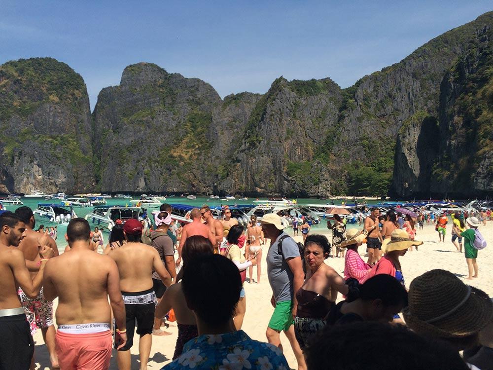 Maya Bay é uma das praias mais famosas de Koh Phi Phi, e em pouco tempo fica lotada! Chegue cedo e conheça as melhores praias da região!
