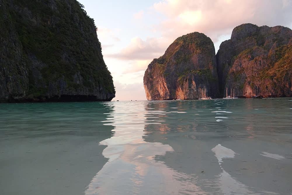 Maya Bay é uma das praias mais famosas de Koh Phi Phi! Conheça mais sobre esse conjunto de ilhas da Tailândia no post!