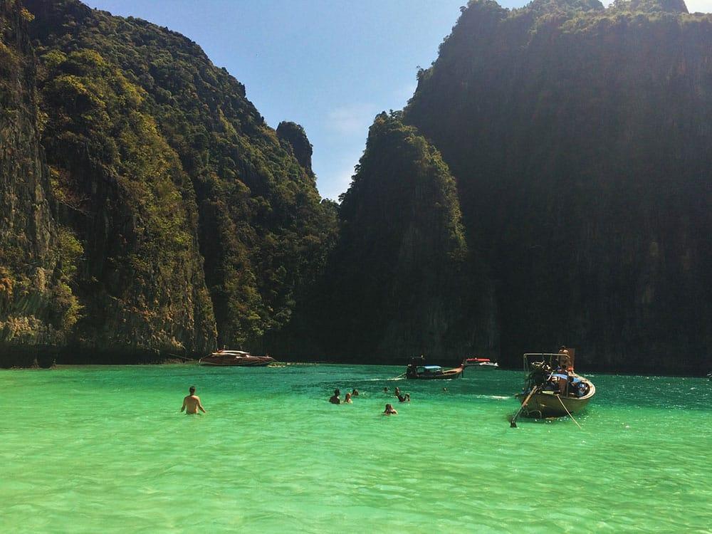 Pileh Bay é uma das melhores partes de visitar Koh Phi Phi! Conheça mais sobre esse paraíso na terra no post!
