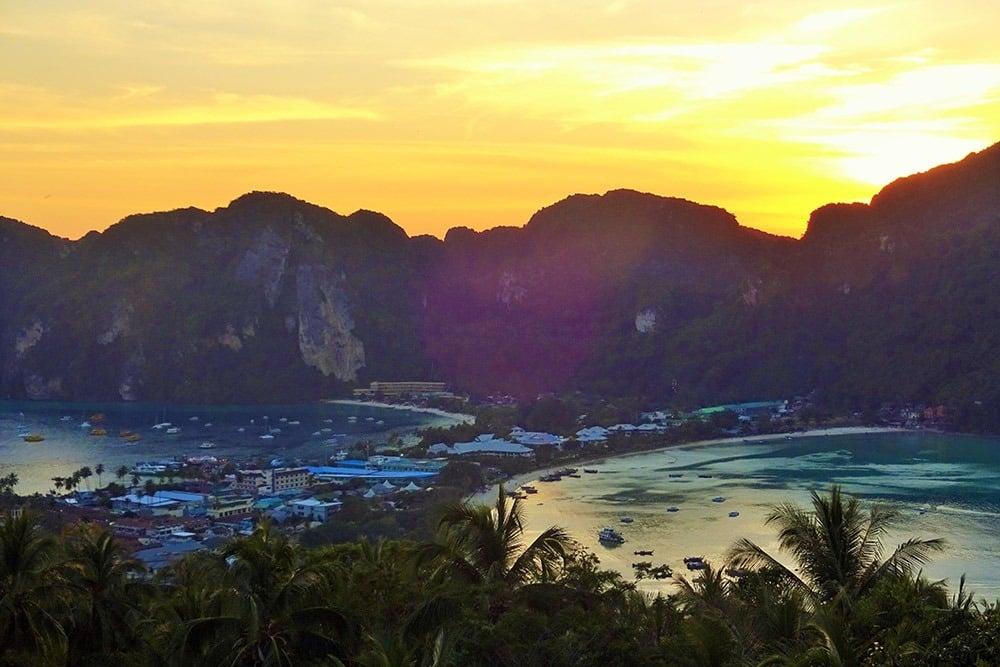 O viewpoint de Koh Phi Phi é um passeio imperdível na ilha! Descubra o que mais fazer na região nesse post!