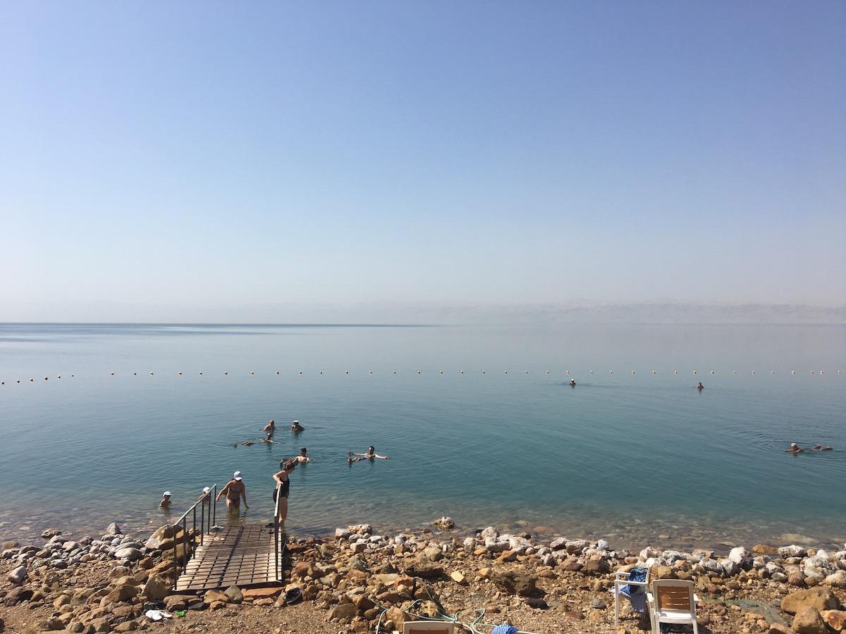 Beira do Mar Morto no resort Mövenpick (Foto: Nathalia Tavolieri)