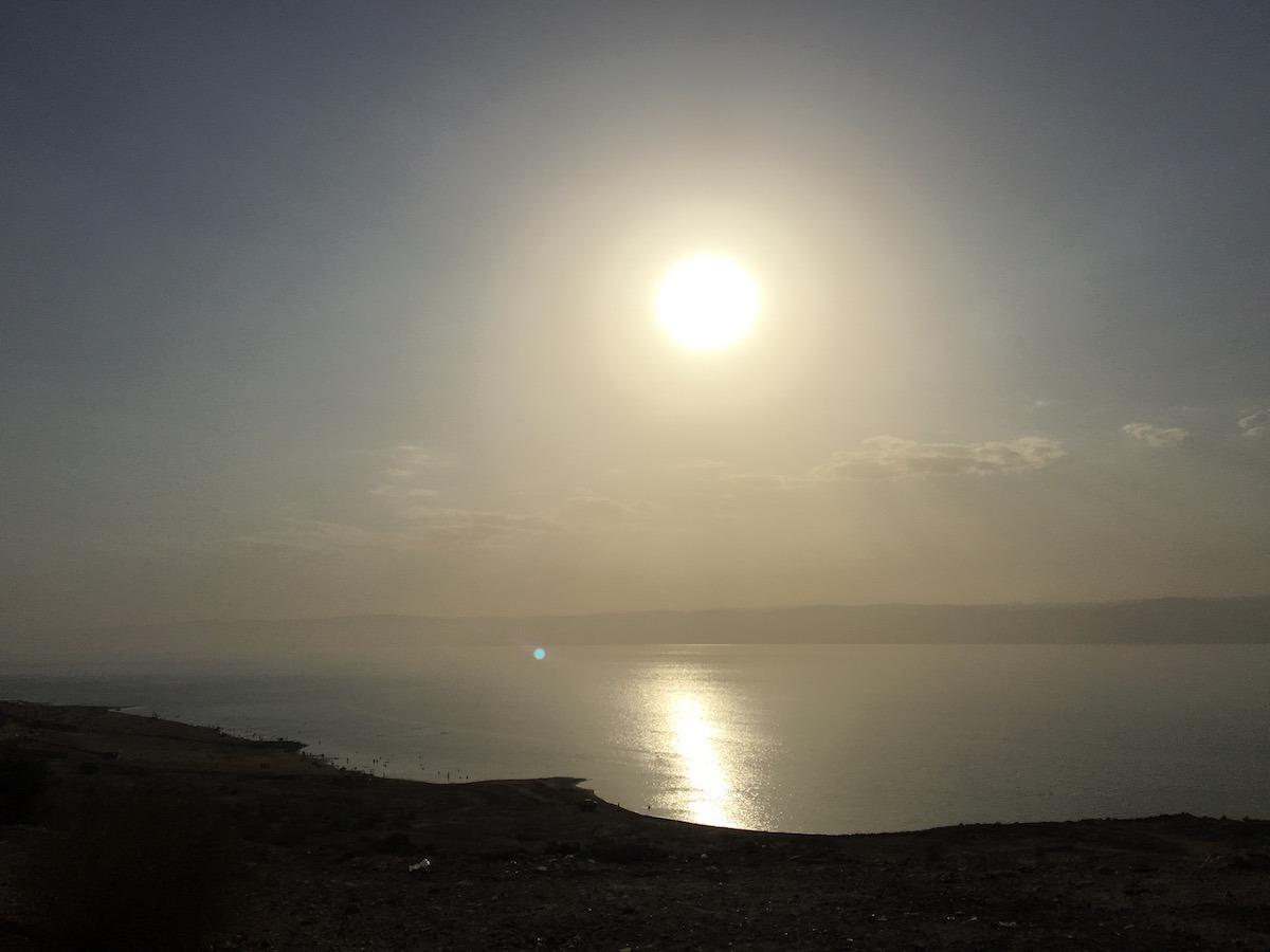 Vista (sem filtros) da estrada que contorna o Mar Morto. (Foto: Nathalia Tavolieri)
