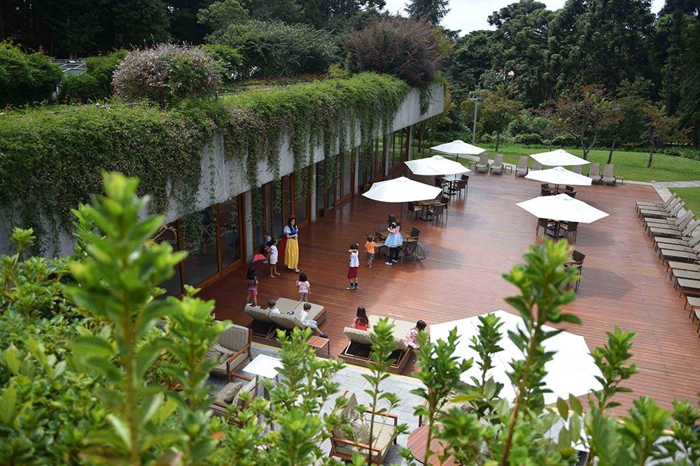 Time de recreação do Grande Hotel Campos do Jordão, um dos melhores hotéis para ir com crianças perto de São Paulo! Conheça mais no post.