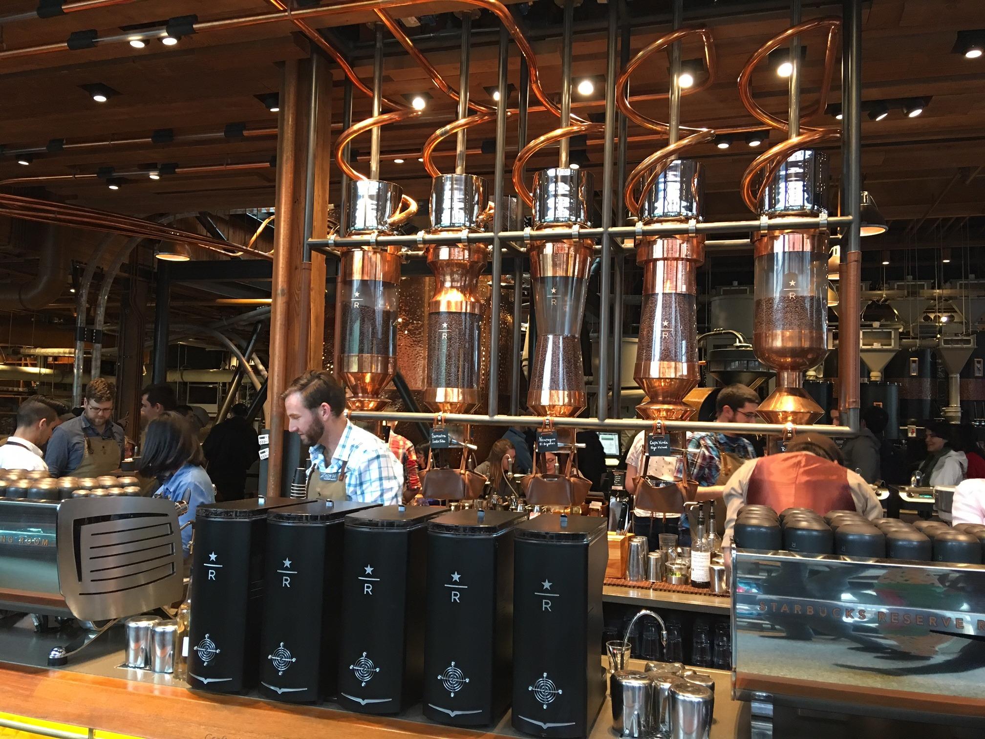 Starbucks Reserve Roastery and Tasting Room é exclusividade de Seattle, onde é possível observar a torra do café e experimentar diversos sabores! Conheça mais opções de passeios em Seattle nesse post!
