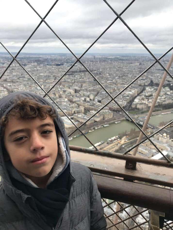 Subir na Torre Eiffel.