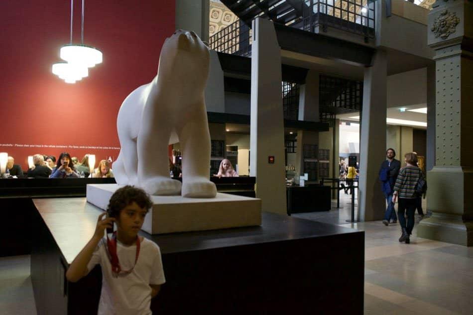 paris com crianças no museu D'Orsay.