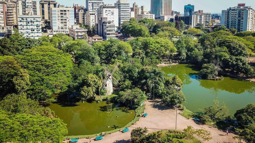 Mas não é só de belezas naturais e muita cultura que vive a cidade de Porto Alegre. Durante a noite a dica é conhecer o bairro Cidade Baixa, famoso pelos inúmeros restaurantes e bares que possui. É o local certo para jantar e curtir a balada.